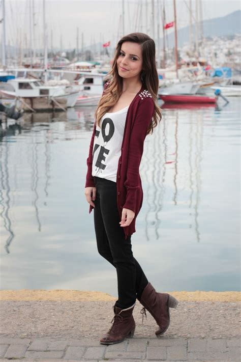 Lettering Cardigan whote tank tap with black lettering burgundy cardigan