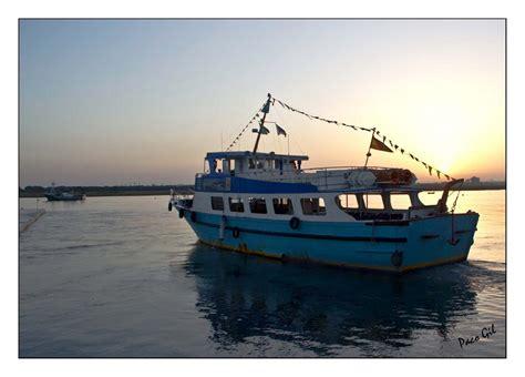 un barco pesquero recolecta 800 fotos de huelva amanecer en punta umbria