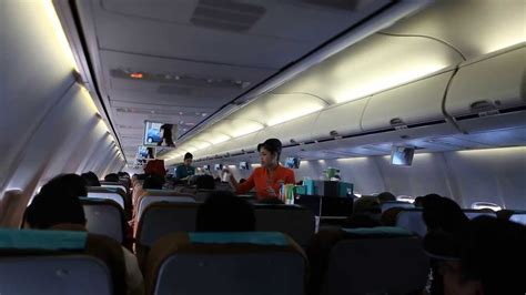 suasana kabin  penerbangan pesawat garuda indonesia