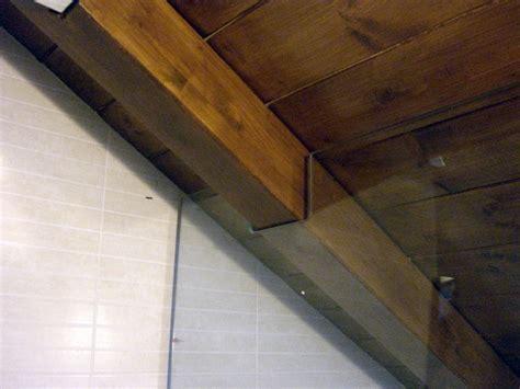 arredamento per mansarde con travi foto doccia in mansarda con travi a vista di icis 123416