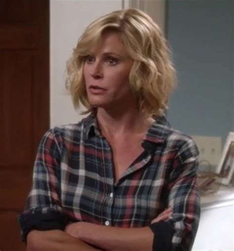 how to do claire dunphy hair shirt julie bowen claire dunphy modern family wheretoget