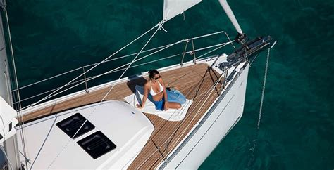 difference catamaran and yacht difference between sailing a monohull and catamaran