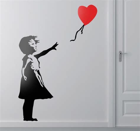banksy wandtattoo banksy wandtattoo m 228 dchen mit herzluftballon tenstickers