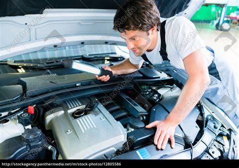 suche autowerkstatt kfz mechaniker arbeitet in autowerkstatt stock photo