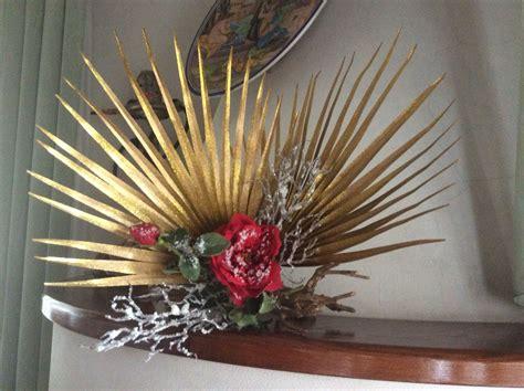 rami di fiori composizione natalizia con fiori artificiali e rami