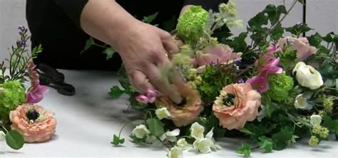 how to make an easter centerpiece using a wreath base