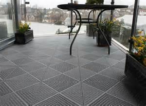 fliesen terrasse bodenbelag f 252 r balkon und terrasse holz beton oder stein