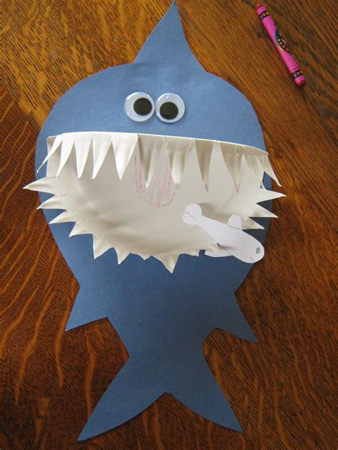 Cool Construction Paper Crafts - paper plate shark family crafts
