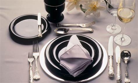 come si apparecchia un tavolo come si apparecchia la tavola secondo il galateo ecco il