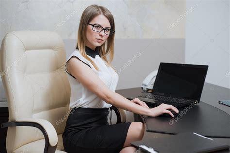 segretarie sotto la scrivania business is sitting at the desk in office