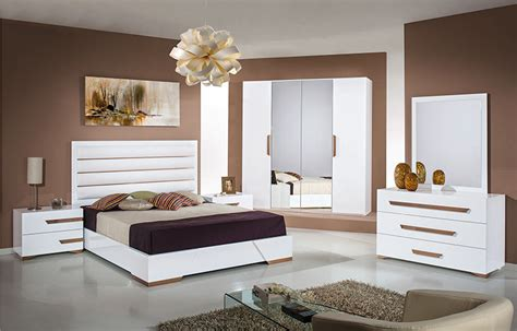 White Gloss And Wood Bedroom Furniture by White Gloss Bedroom High Gloss Bedroom Furniture Set