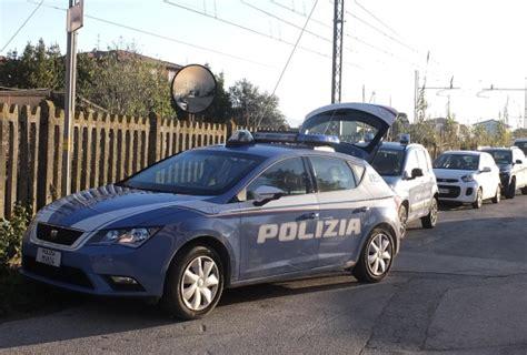 volante della polizia non si ferma all alt della polizia inseguito per km