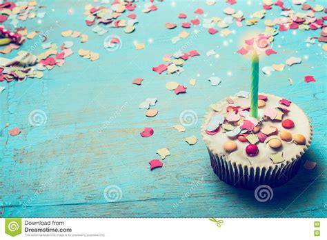 imagenes elegantes feliz cumpleaños torta de cumplea 241 os con la vela y confeti en fondo de