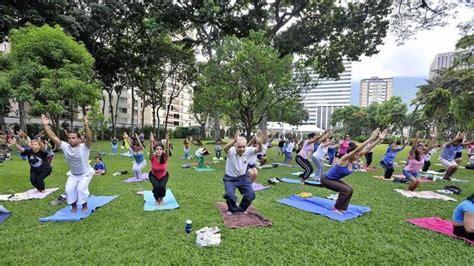 imagenes de yoga al aire libre yoga a tres euros en el retiro abc es