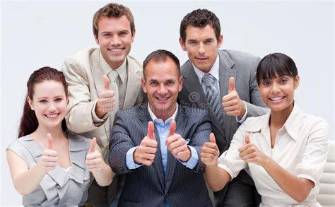 imagenes personas felices personas felices del asunto con los pulgares para arriba
