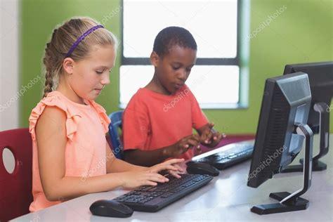 imagenes niños usando computadoras ni 241 os de la escuela usando computadora en aula fotos de
