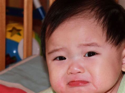foto gambar bayi  sedih