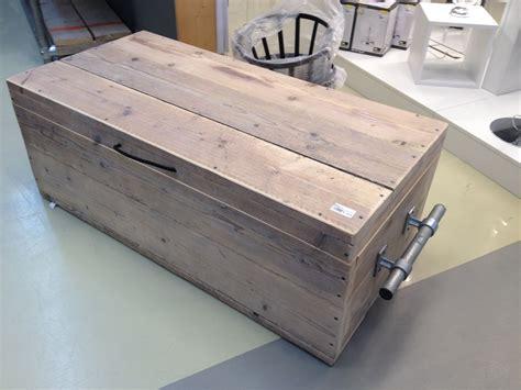 oude kist als salontafel kist van steigerhout met stoere handvatten van steigerpijp