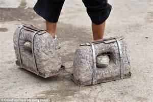 Barbel Seberat 5 Kg inilah alasan huang pria china kenakan sepatu batu
