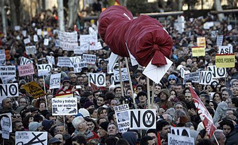 imagenes comicas en contra del gobierno masiva protesta multicolor contra los recortes del