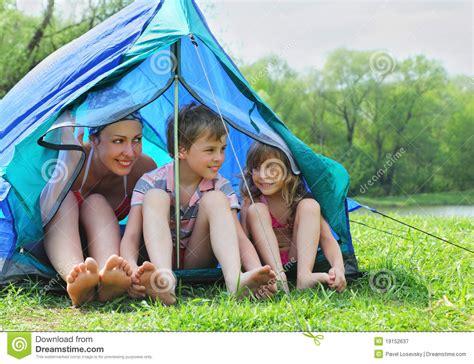 kindersitzerhöhung bis wann mutter und kinder im badeanzug sitzen im zelt lizenzfreie
