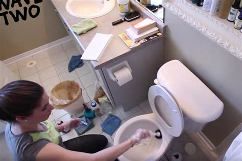 5 Nasty Things In Your Bathroom & How to Clean Them