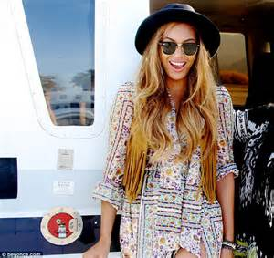 beyonce coachella beyonce shows off her curves in coachella snaps after