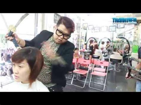 hair cut with samuri swords vietnam hair stylist gives samurai sword hair cut youtube