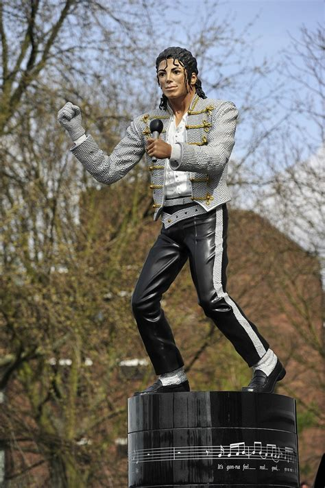 michael jackson statue craven cottage fulham tell michael jackson statue to beat it as