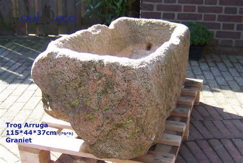 grote betonnen bollen tuin grote bloembakken tuin trendy plaats kunststof