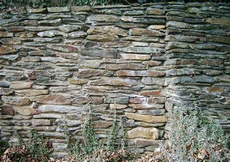 gartenmauer backstein gartenmauer bauen materialien