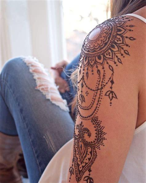 kunstvolles ornament auf eine schulter tatoos