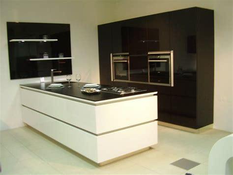 kuhinja crno bijela duzina stijene   otokom