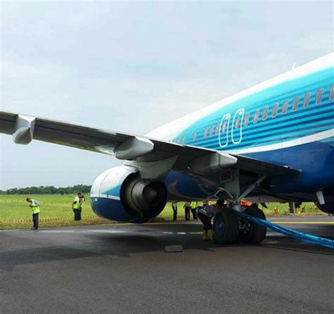 Lu Emergency Surabaya emergency air boeing 737 900 stops with nosehweel in