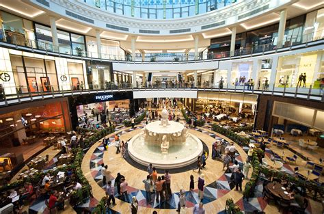 mall of the emirates is a shopping mall in dubai