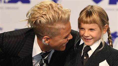 carey hart hairstyles pink s daughter willow sage gives dad carey hart worst