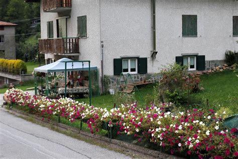balconi fioriti in estate aprica balconi fioriti come in primavera foto 171 gazzetta