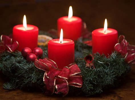 imagenes velas rojas encendidas banco de im 193 genes coronas de adviento con velas rojas