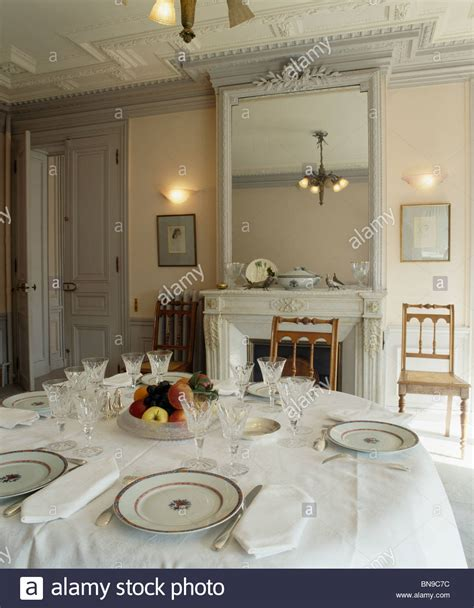 lugar ajustes en la mesa   pano blanco en el comedor