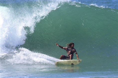 Cool Frame surfing in sri lanka hikkaduwa surf location surf team
