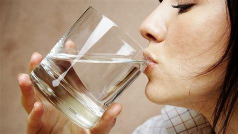 bere acqua di rubinetto acqua rubinetto o acqua in bottiglia ecco quale bere