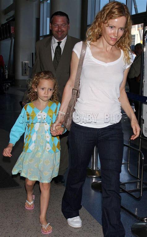 leslie mann children s names leslie mann and iris leaving on a jet plane moms