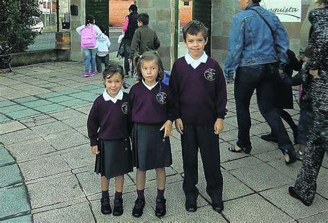 imagenes de niños uniformados tres ni 241 os uniformados a la entrada del colegio p 250 blico