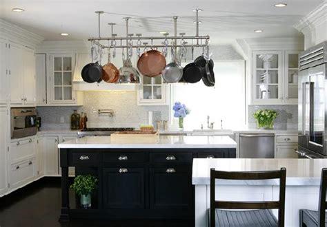 black countertops and white cabinets transitional cozinhas preto e branco fotos modelos dicas e ideias