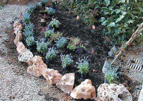 aiuole fiorite con sassi se vogliamo realizzare una bordura di piante erbacee