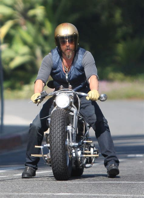 Brad Pitt Motorrad by Cele Bitchy Brad Pitt Gets Into A Weird Motorcycle Accident