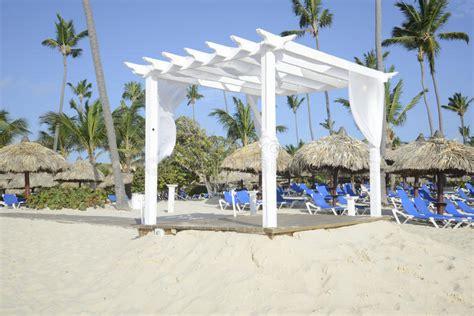 gazebo legno bianco gazebo di legno bianco su una spiaggia immagine stock