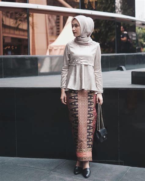 Rok Lilit Abu Abu gaya rok lilit ala cewek berhijab buat kondangan