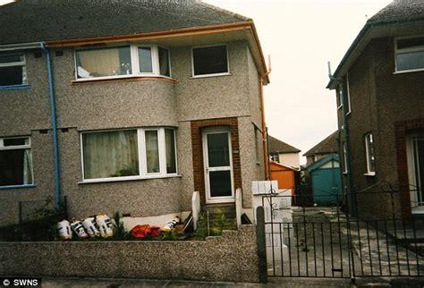 Mainan Rumah House Wall St halaman rumah mirip hutan rimba dengan pohon menutupi rumah foto t4 ku