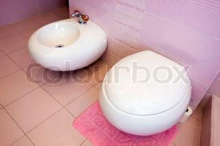 klo und bidet in einem wc und bidet in einem sch 246 nen rosa badezimmer stock foto